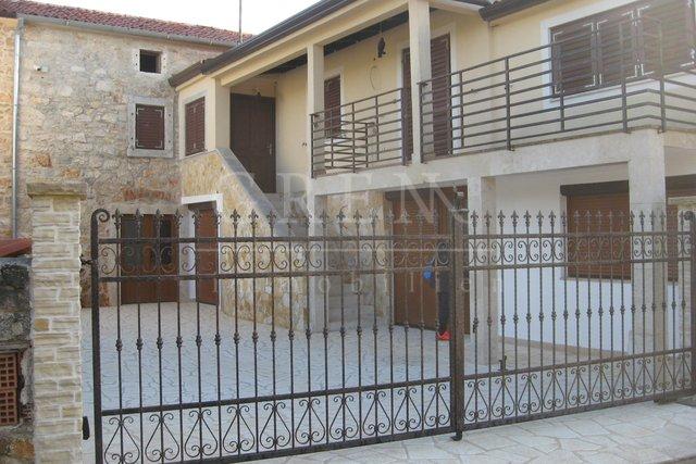 Casa in pietra d'Istria con ampio terreno agricolo
